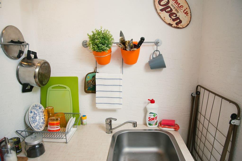 Мини-кухня с набором необходимой посуды