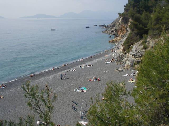 Punta Corvo - raggiungibile in traghetto o a piedi da Montemercello
