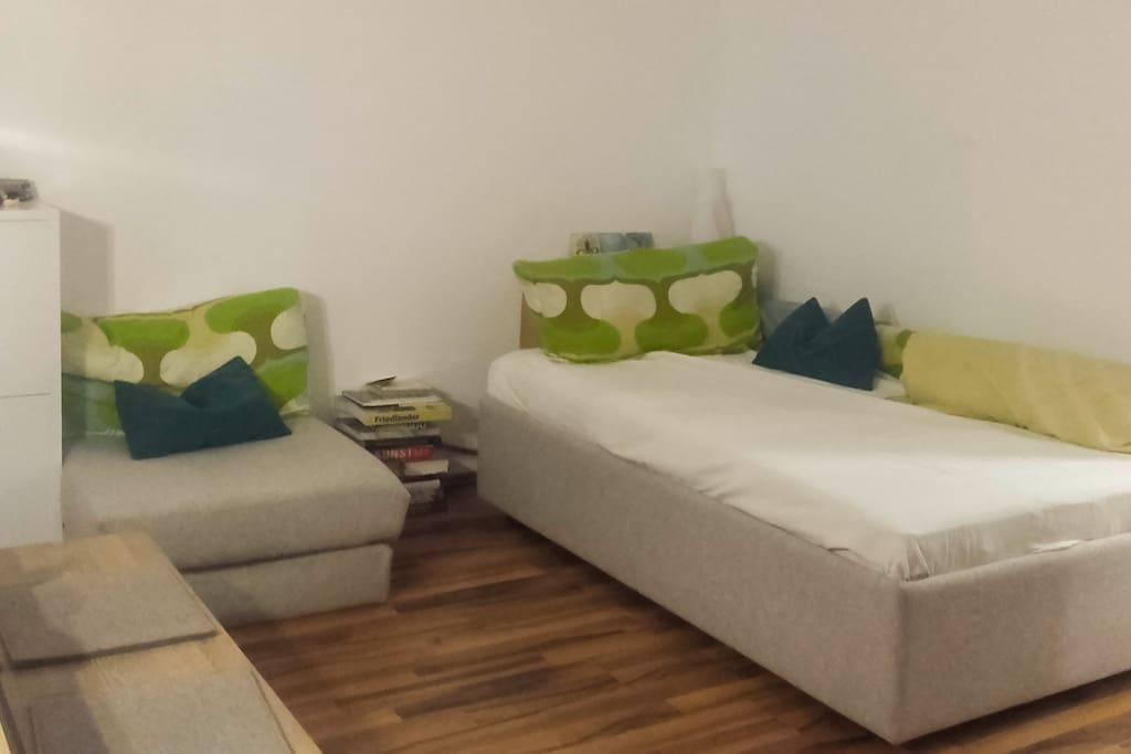 das Bett - 120 cm breit - tagsüber kuschlig zum Lesen und Entspannen, bei Bedarf ist eine zusätzliche Matratze, ebenfalls 120 cm breit verfügbar