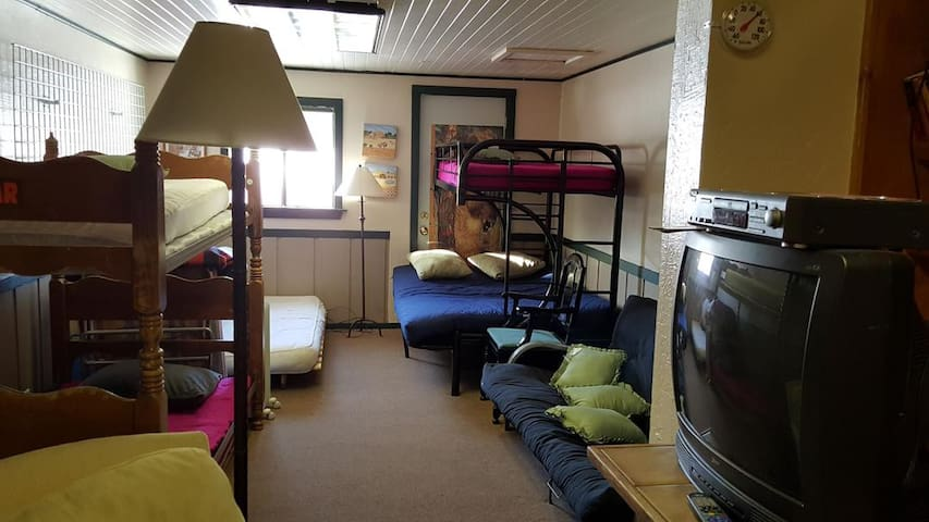 FAMILY Bunk Rm-BRING SLEEPING BAGS-Tamarack Lodge - Bear Valley - Bed & Breakfast