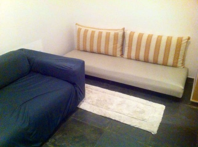 Quarto de solteiro com duas camas e um sofa cama pequeno para crianca