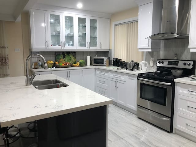 Female Roomstay, 20 mins. fr. downtown Toronto