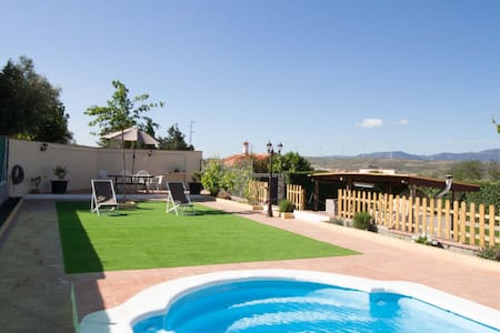 Cosy cottage with pool, garden and wifi