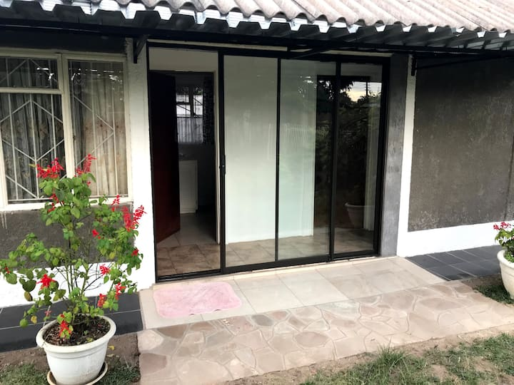 Neat Private 2 Bedroom Cottage
