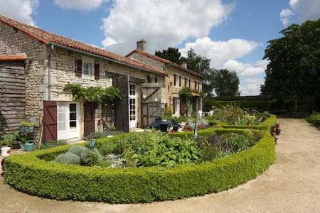 18C Country Home with pool - Genouillé - Casa