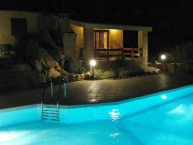 Vista della casa illuminata alla sera