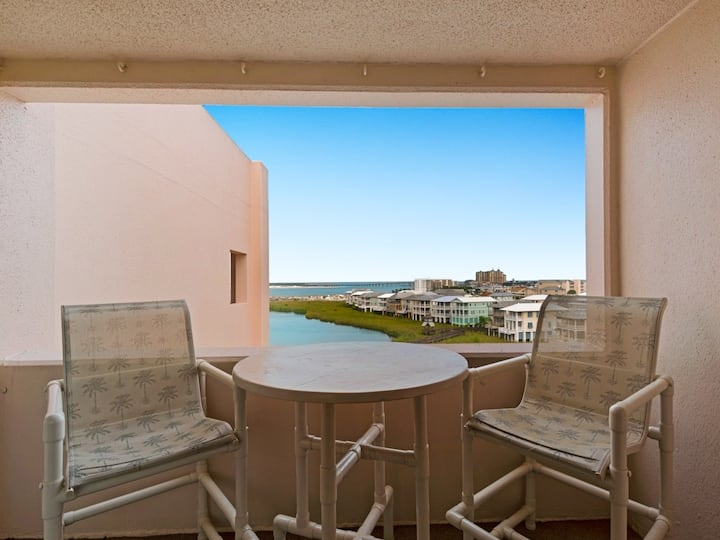 Comfortable Bay View Unit, Near dining, shopping, and more!