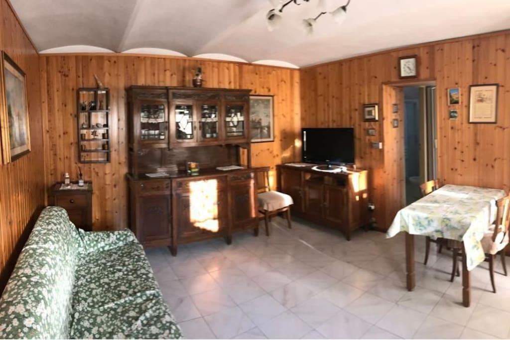 salotto con divano letto, spazioso e luminoso