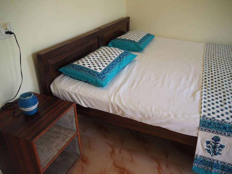 Kingsize bed, can separate into twin beds if needed