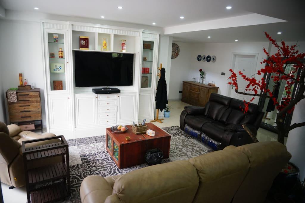别墅一楼视听休息区:芝华士头等舱沙发、65吋4K智能电视、BOSE电视音响、索菲亚整体酒柜。房客可自由享用。