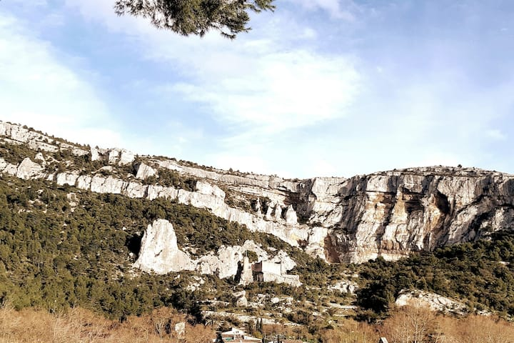 Vue panoramique sur le château,montagne et grottes