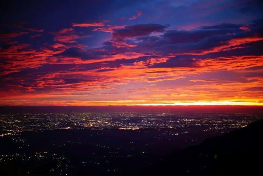 最近颱風好多,天空的雲彩紅到發紫!