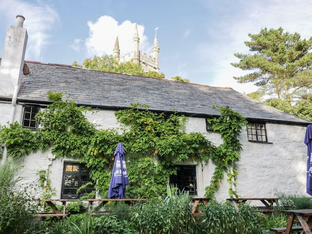 CRIFT FARM COTTAGE, pet friendly in Lanlivery, Cornwall, Ref 992083