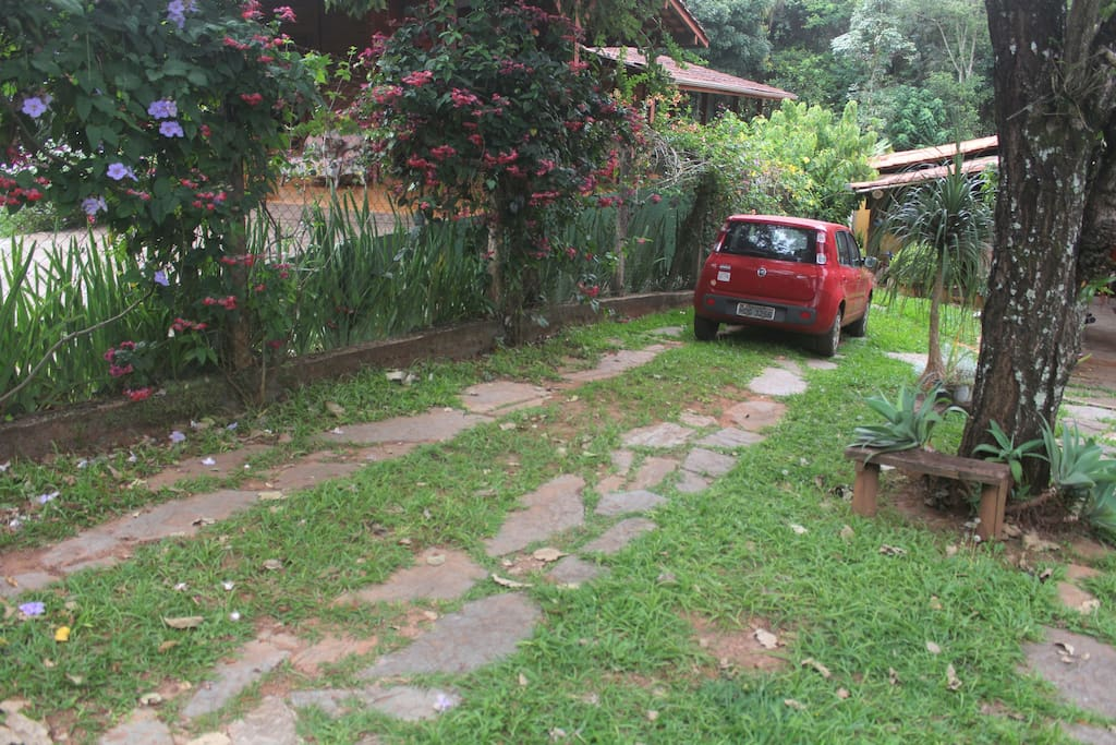 Estacionamento para vários carros.