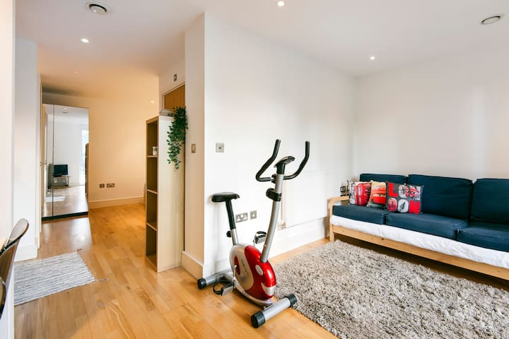 Canary Wharf  · Spacious flat in the ❤️ of Canary Warf