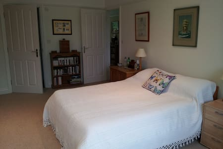 Large double room with private en-suite. - Bed & Breakfast