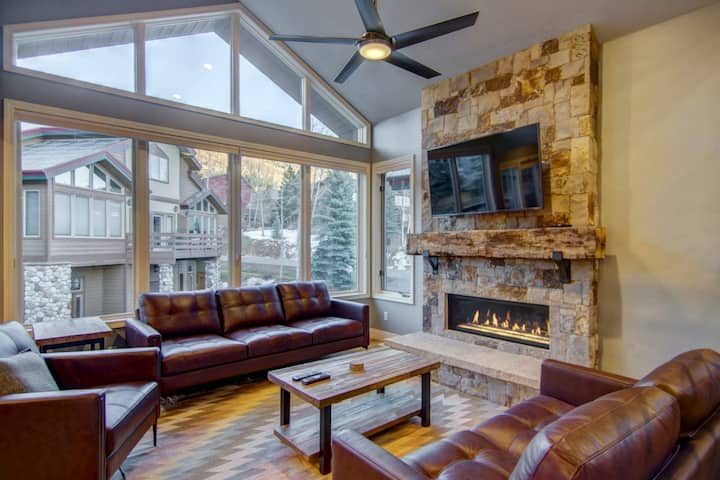 Just Remodeled/Listed! Slope Views, Private Shuttle/Entrance, Hot Tub, Immaculate, Garage, Fireplace