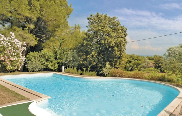Stunning home in Beaumes de Venise with WiFi, Outdoor swimming pool and 5 Bedrooms