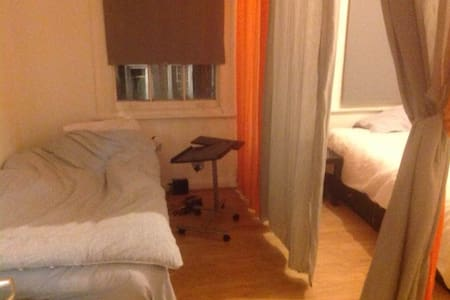 Central of London/double bed in large studio flat - London