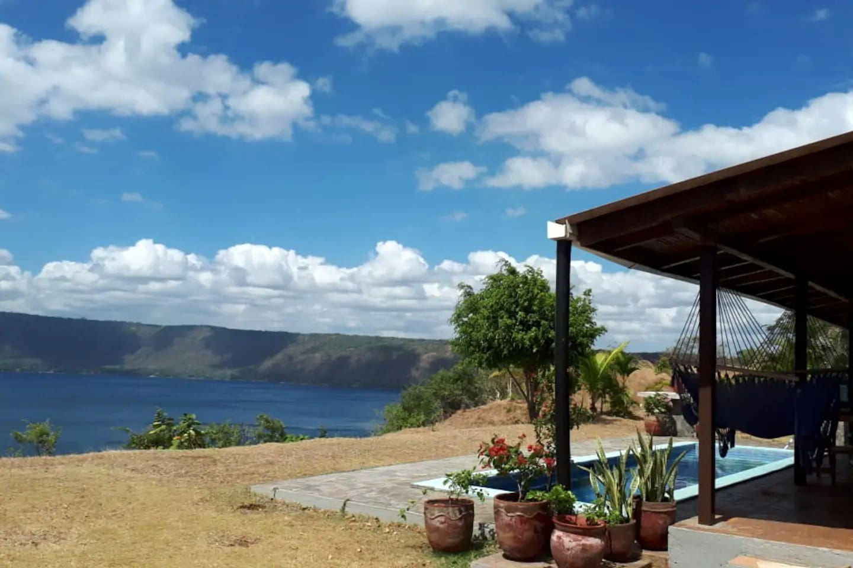 Haupthaus mit Sicht auf Lagune