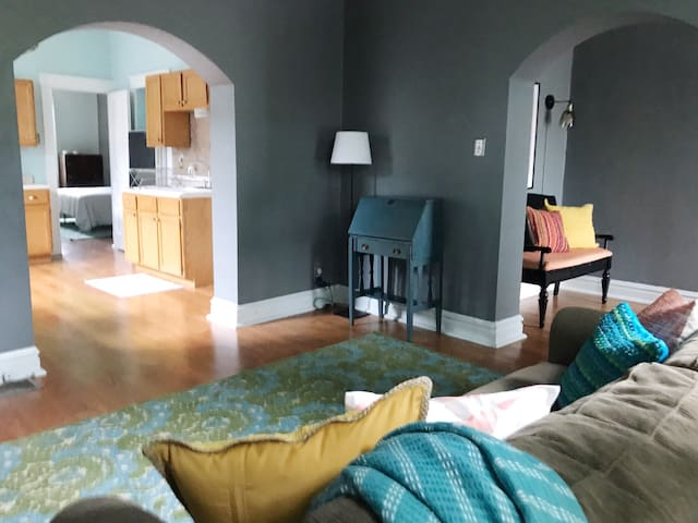 CLEAN and Disinfected 2 BR Carondelet Cottage