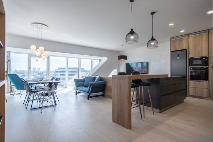 Precioso apartamento de dos habitaciones con vista a la ciudad y estacionam