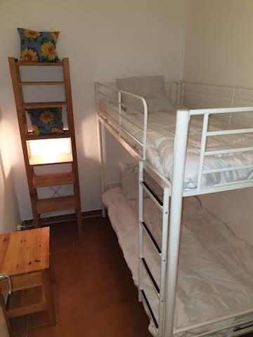 Deux lits superposés 90 x 190 dans une chambre cabine literie neuve.
