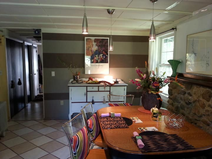 One Charming Cottage~ ( nr 2 local event venues)