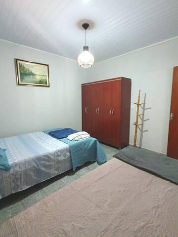 Quarto 1 com uma cama de casal e uma bicama