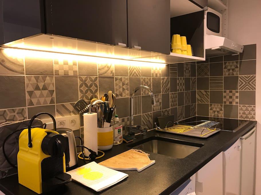 Cuisine avec lave-vaisselle , machine à laver, plaque induction , four micro-onde, Nespresso