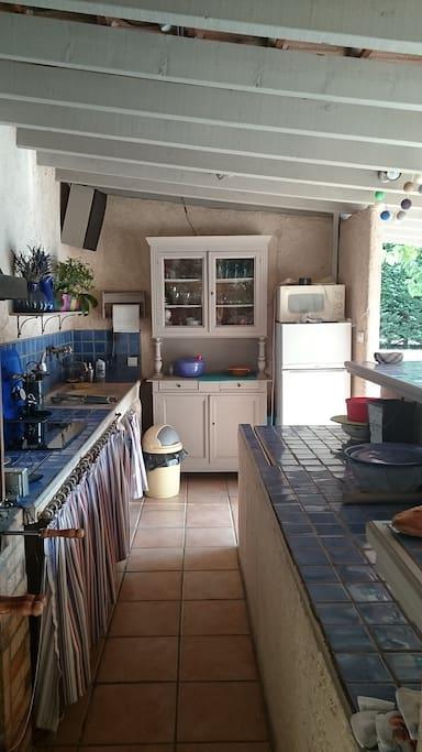 cuisine d'ete avec réfrigérateur lave vaisselle,  plaques électriques,  barbecue