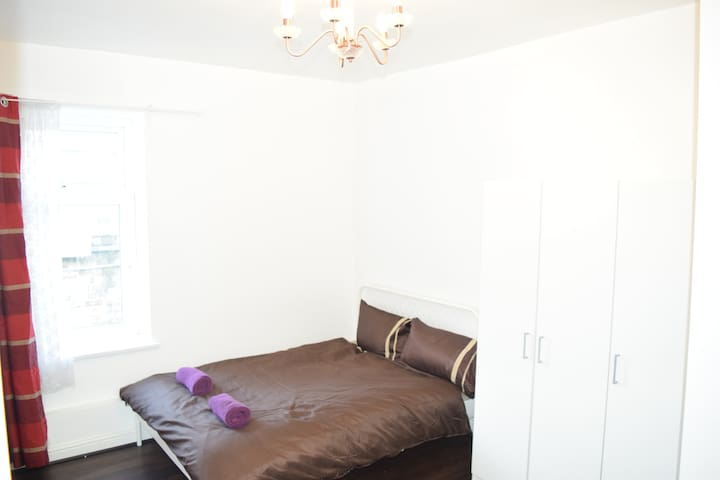(Website hidden by Airbnb) Twin / Double room in B&B town centre