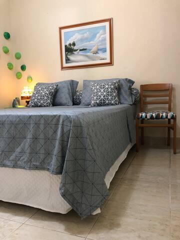 Confortável quarto casal suíte. Climatizado com ar condicionado split.