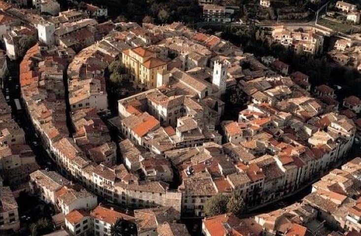 Vue aérienne de la cité historique de Vence