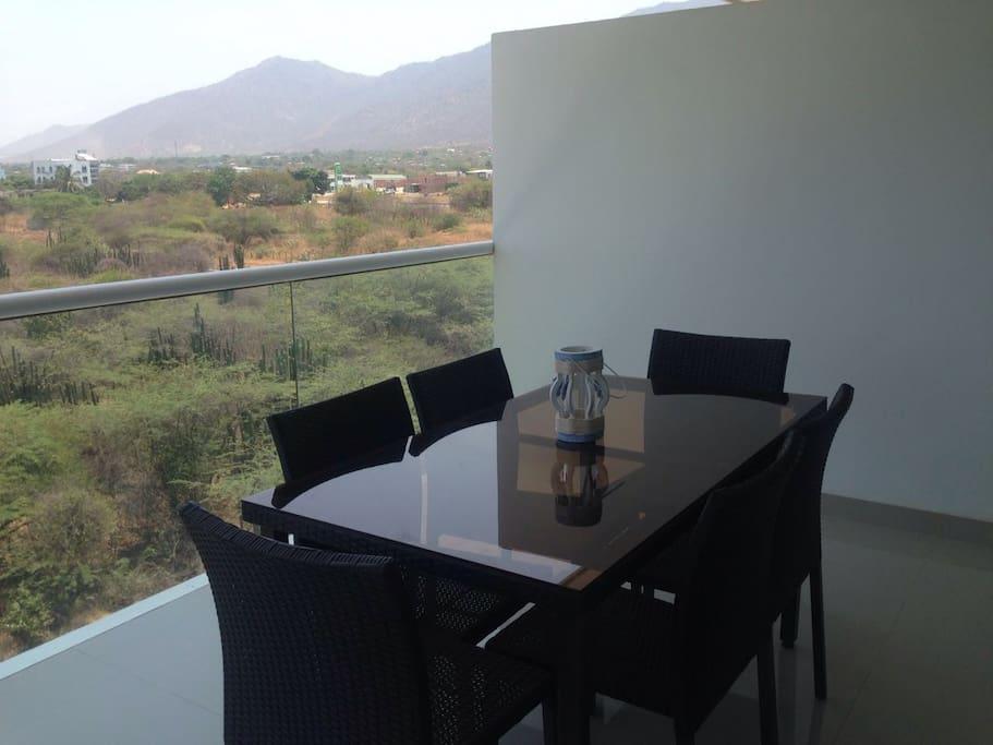 El comedor, en el balcón con vista al mar y a la montaña