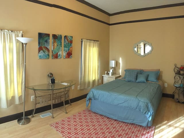 Independent Private Suite -  Cozy bedroom & bath - Falls Church - Huis