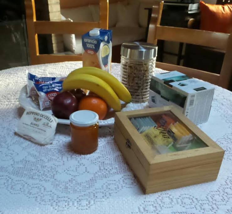 Gratis für das erste Frühstück mit eigener Marmelade, frisches Brot, Kaffe, Tee, Saft, Butter, Früchte und Milch