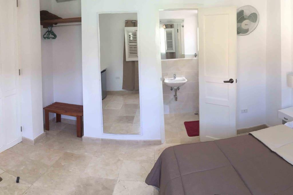 Closet y baño en la habitación