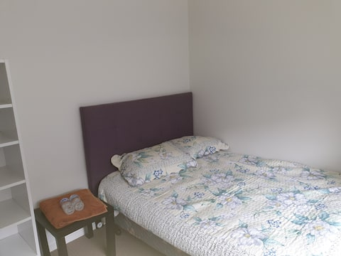 Private Sunny Room with private Entry w TV/wifi