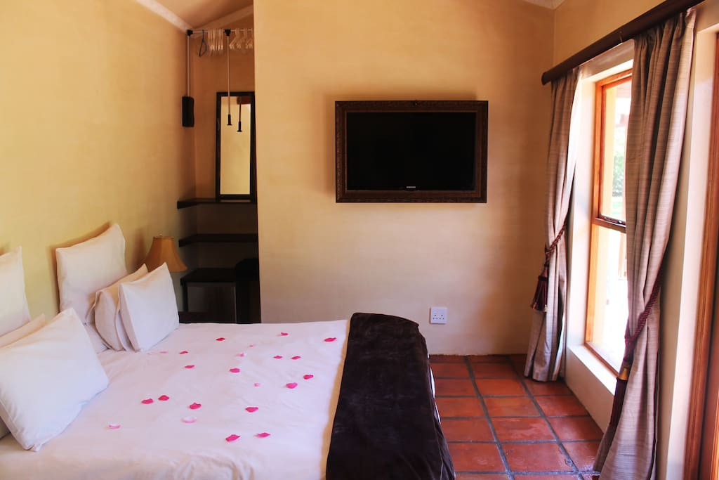 The bedroom with a beautiful view at our fig-tree and the rest of the garden