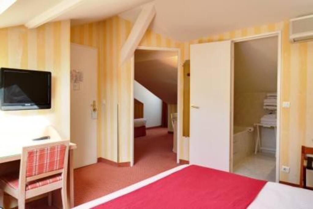 Cette chambre est équipée d'un lit double? et de 2 lits simples.