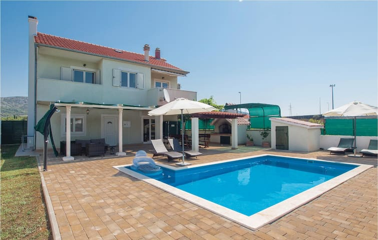 Holiday cottage with 4 bedrooms on 157 m² in Dubrava