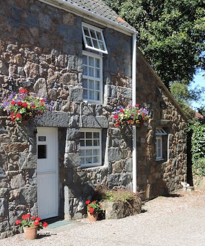 Periwinkle Cottage, Les Buttes Holiday Cottages - Ev