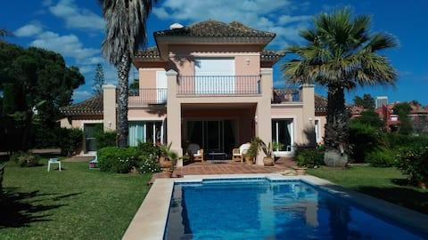 Villa à 100 m de la plage et piscine privée