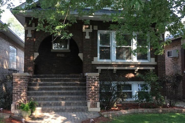 Classic Bungalow in Berwyn (WOMEN RENTERS ONLY) - Berwyn - House