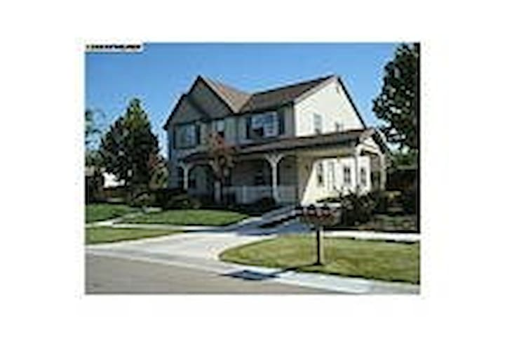 Room in newer home with Private Bath near LLNL - Livermore - House