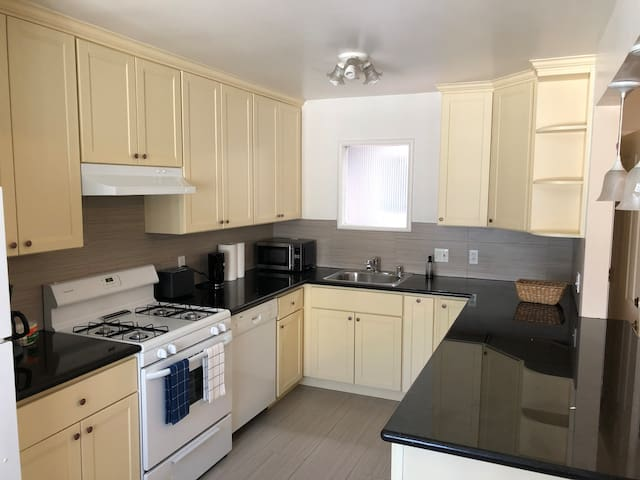 SFO private 1br/1ba apt. Parking, WiFi, Location!