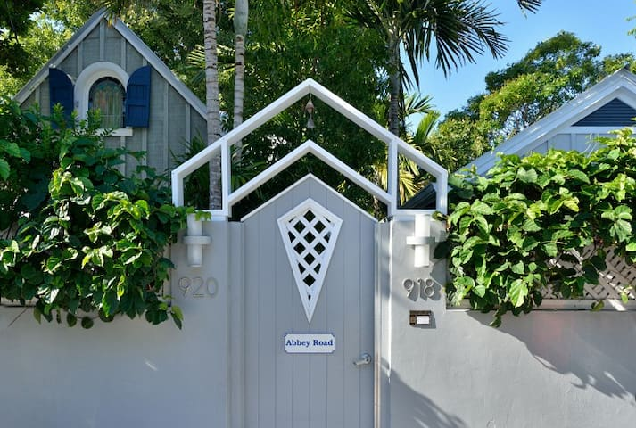 Starr's Suite - Steps from Duval with Private spa! - Key West - Byt