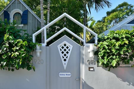 Starr's Suite - Steps from Duval with Private spa! - Key West - Lejlighed