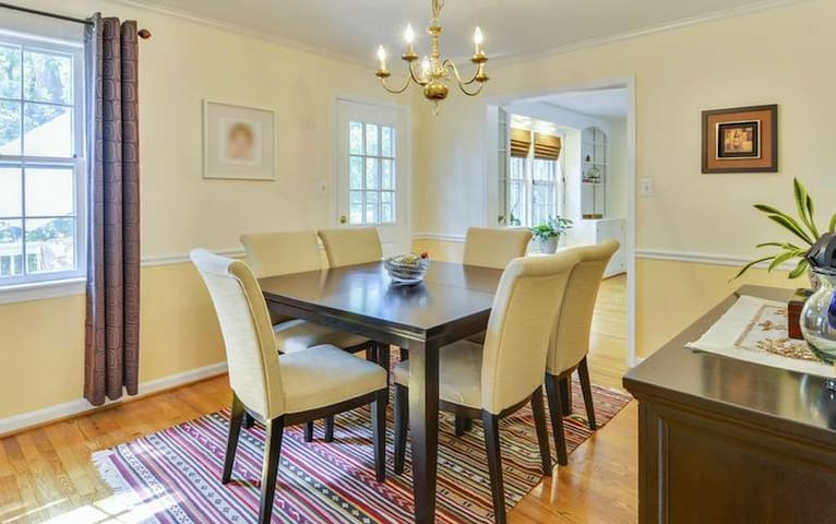 Colonial Updated Executive Home - 10 Miles from DC - Springfield - House